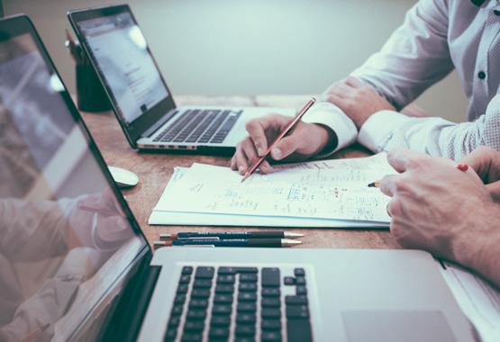 Computer und Männer im Büro
